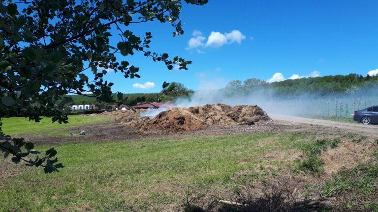 Als Futter gedacht, entfachen immer wieder Glutherde. Das Heu wurde während der Löscharbeiten am Feld verteilt, um das Feuer unter Kontrolle bringen zu können.